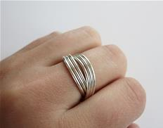 Crossed wire ring